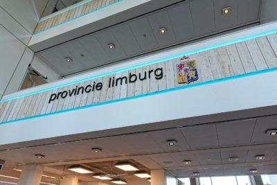 Logo van provincie Limburg op een balkon