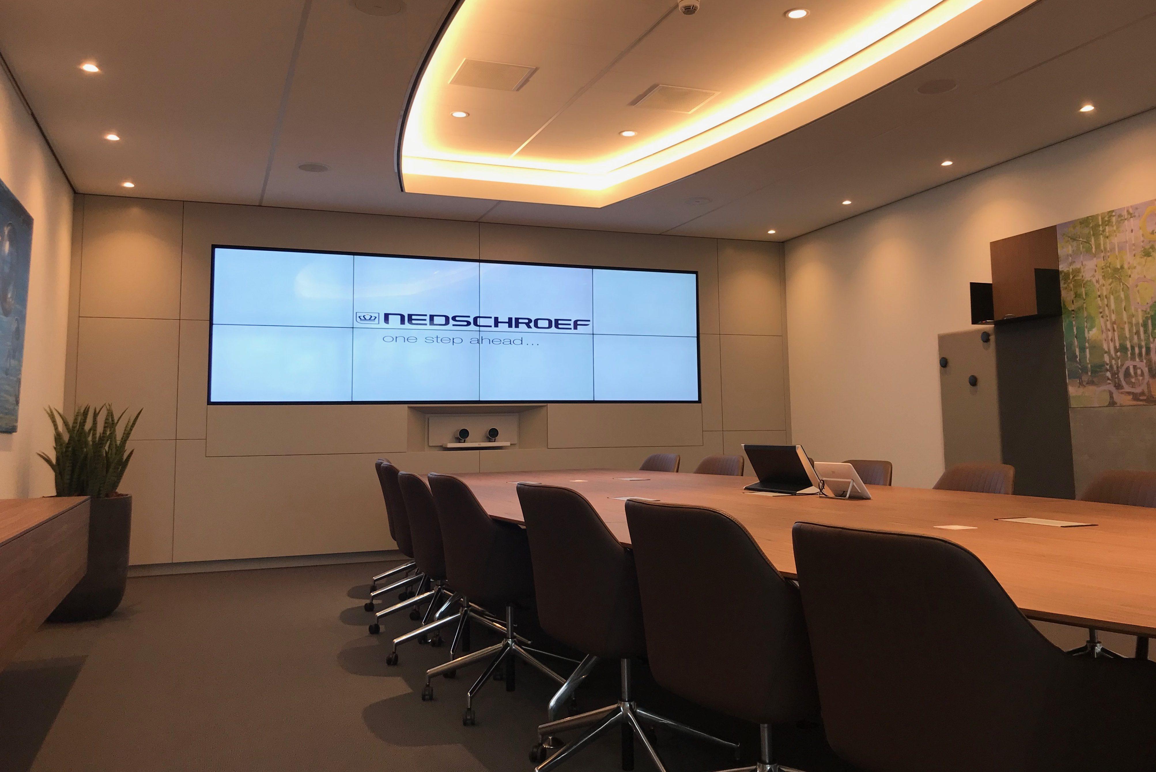 Vergaderzaal met groot scherm