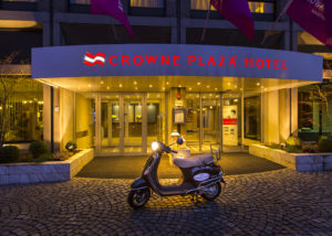 crowne plaza ingang met scooter