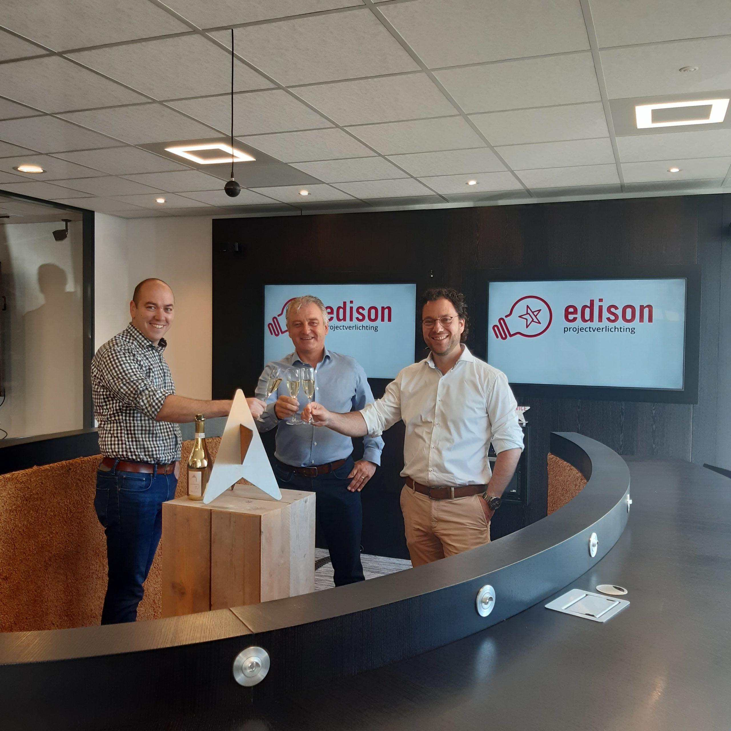 Toasten op nieuwe zus Edison Projectverlichting